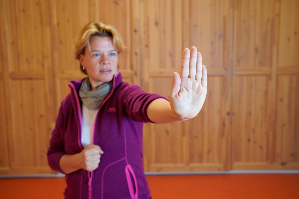 Wendo | Abb.: Eine Frau macht mit ihrer Hand eine Stopp-Geste.